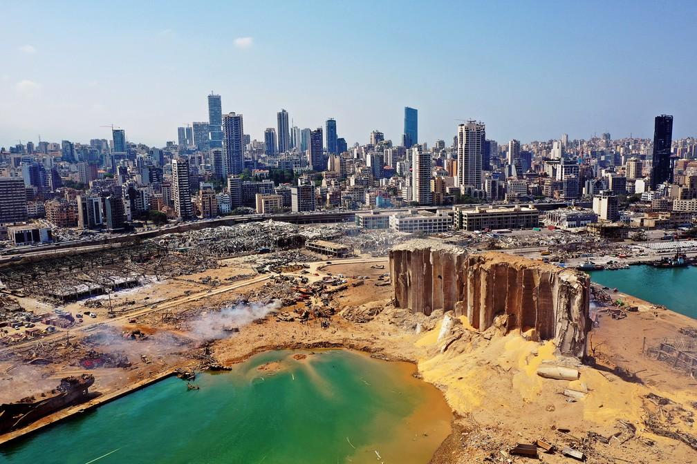 Vista aérea mostra danos em Beirute um dia após enorme explosão atingir região portuária da capital libanesa — Foto: AFP