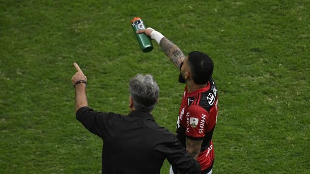 Renato Gaúcho conversa com Gabigol em Flamengo x Defensa y Justicia, pela Libertadores