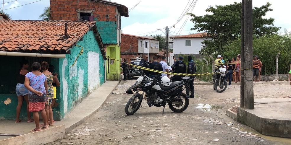 Jovem é executado a tiros em frente de casa em Fortaleza