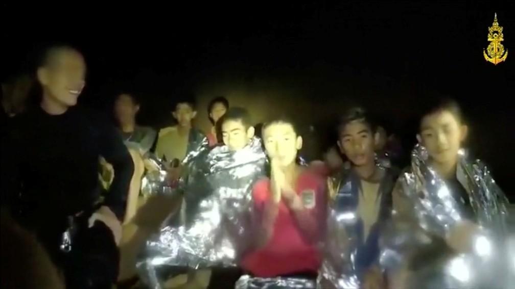 Meninos presos em caverna na Tailândia são vistos em frame de vídeo registrado por equipes de resgate (Foto: Thai Navy Seal/Divulgação via Reuters)