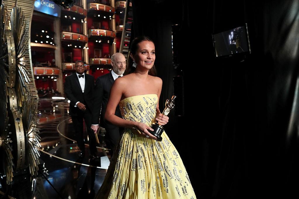 Alicia Vikander com o Oscar de Melhor Atriz Coadjuvante, vencido em 2016 (Foto: Getty Images)