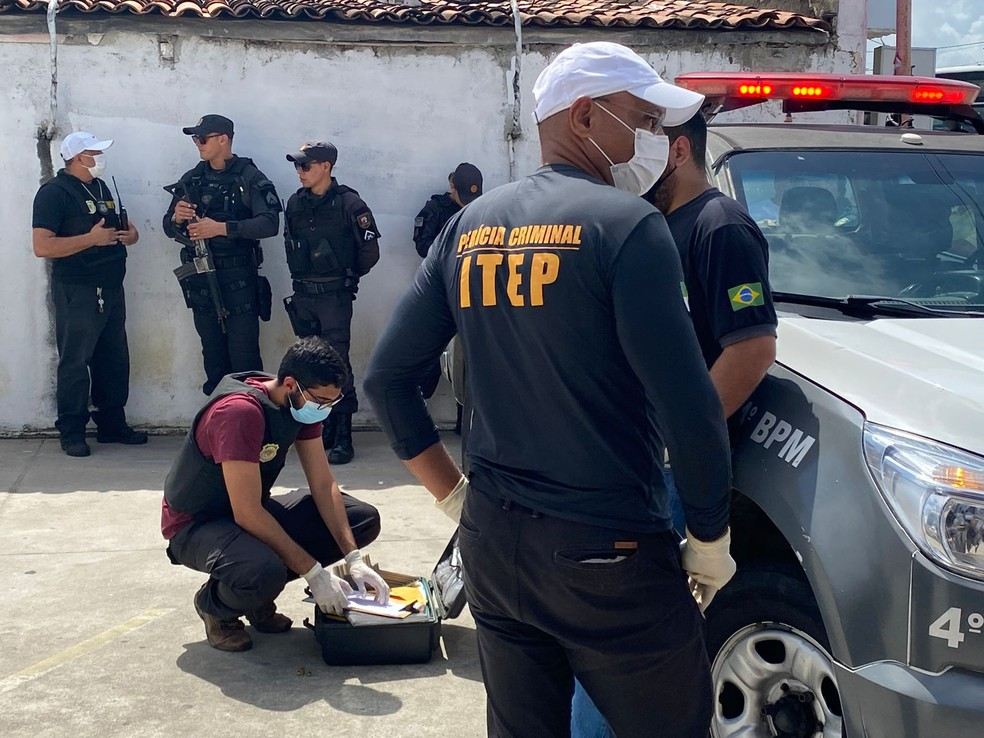 Perícia no local do crime na Zona Norte de Natal — Foto: Kleber Teixeira/Inter TV Cabugi