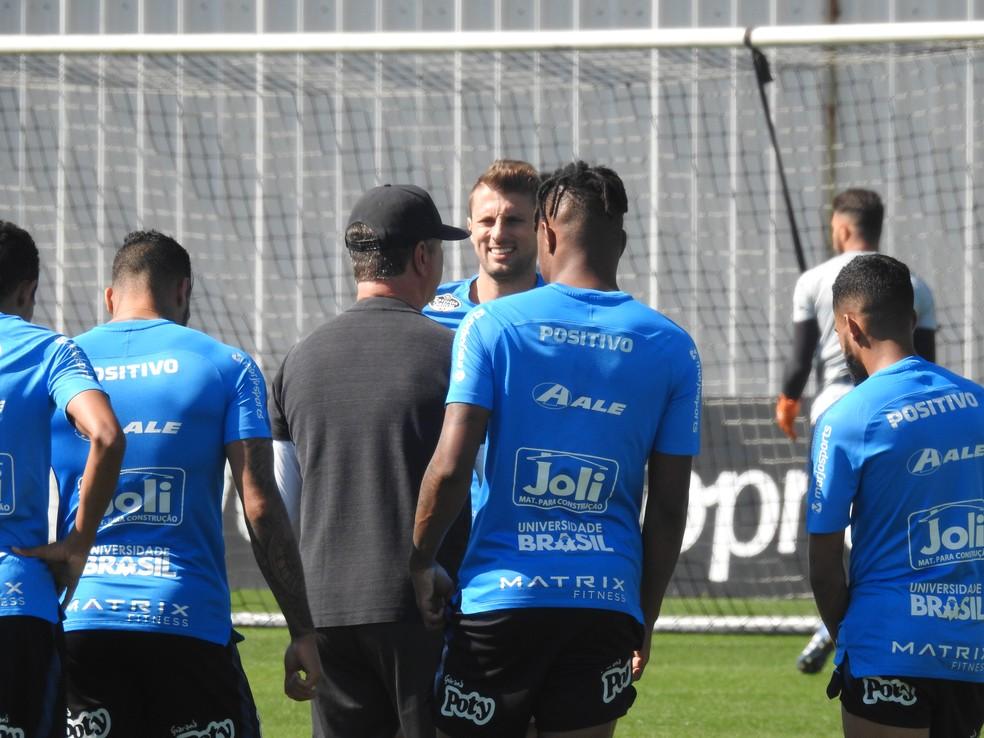 Henrique, ao fundo, durante treinamento do Corinthians — Foto: Marcelo Braga