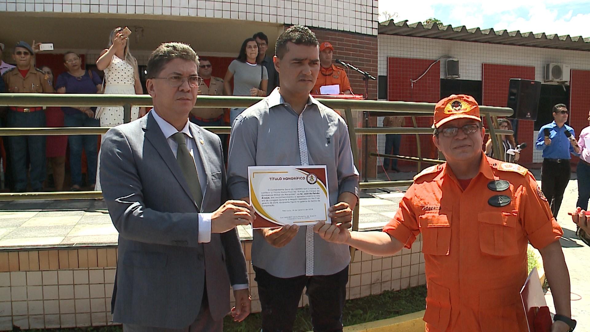 Homem que salvou motorista que caiu da ponte recebe medalha e vira 'herói dos bombeiros' em São Luís - Noticias