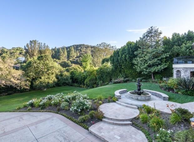 Um vasto terreno coberto por grama e uma fonte completam o jardim (Foto: Aaron Hoffman/ Reprodução)
