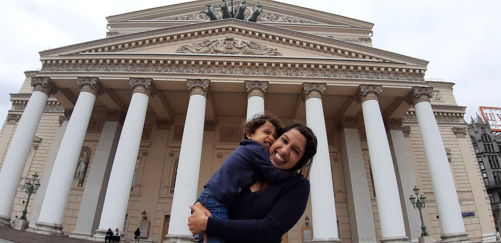 Olívia e Gabriela na frente do Teatro Bolshoi, em Moscou, na Rússia. — Foto: Arquivo pessoal/Gabriela Antunes