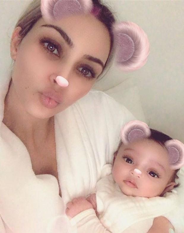 Kim Kardashian mostra pela primeira vez a filha, Chicago (Foto: Reprodução/Instagram)