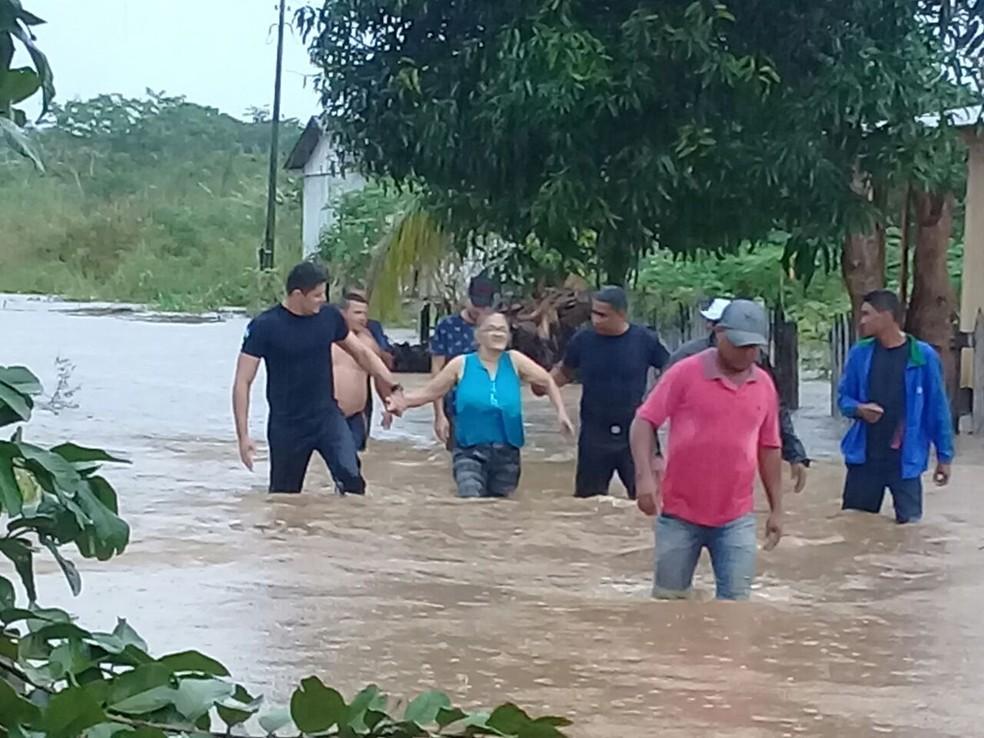 Idosa é retirada de casa após cheia de rio (Foto: Arquivo Pessoal)