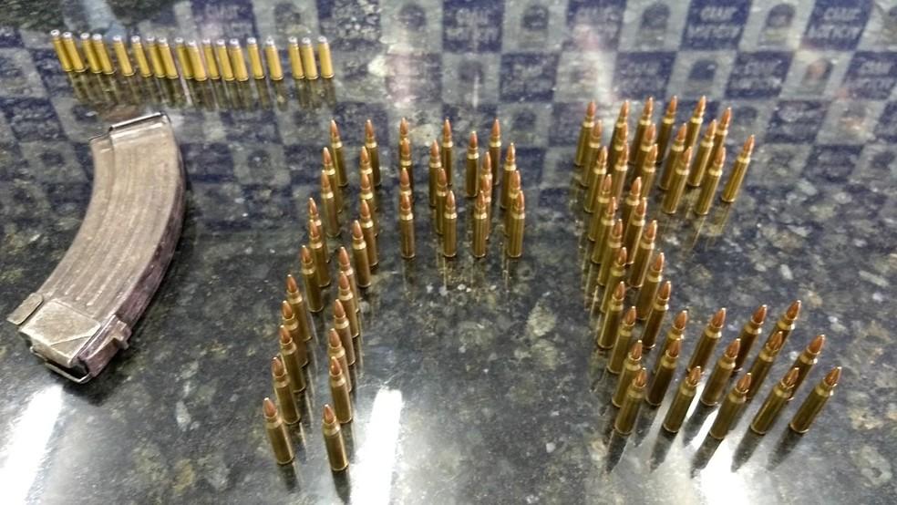 Polícia apresentou detalhes do carregador de fuzil e da munição usada pela quadrilha que assaltou carro-forte em supermercado no Recife (Foto: Polícia Civil/Divulgação)