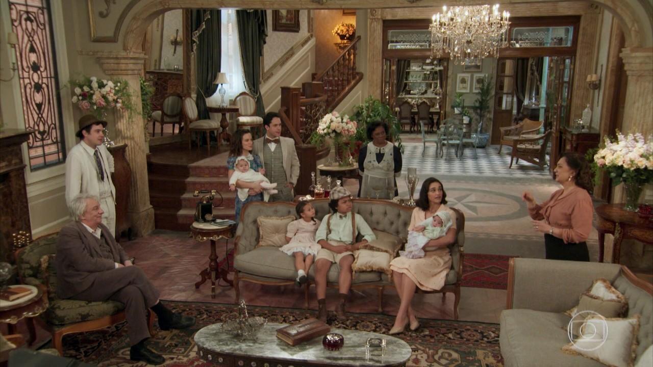 Anastácia conversa com a família e decide comprar a fazenda da família de Filomena