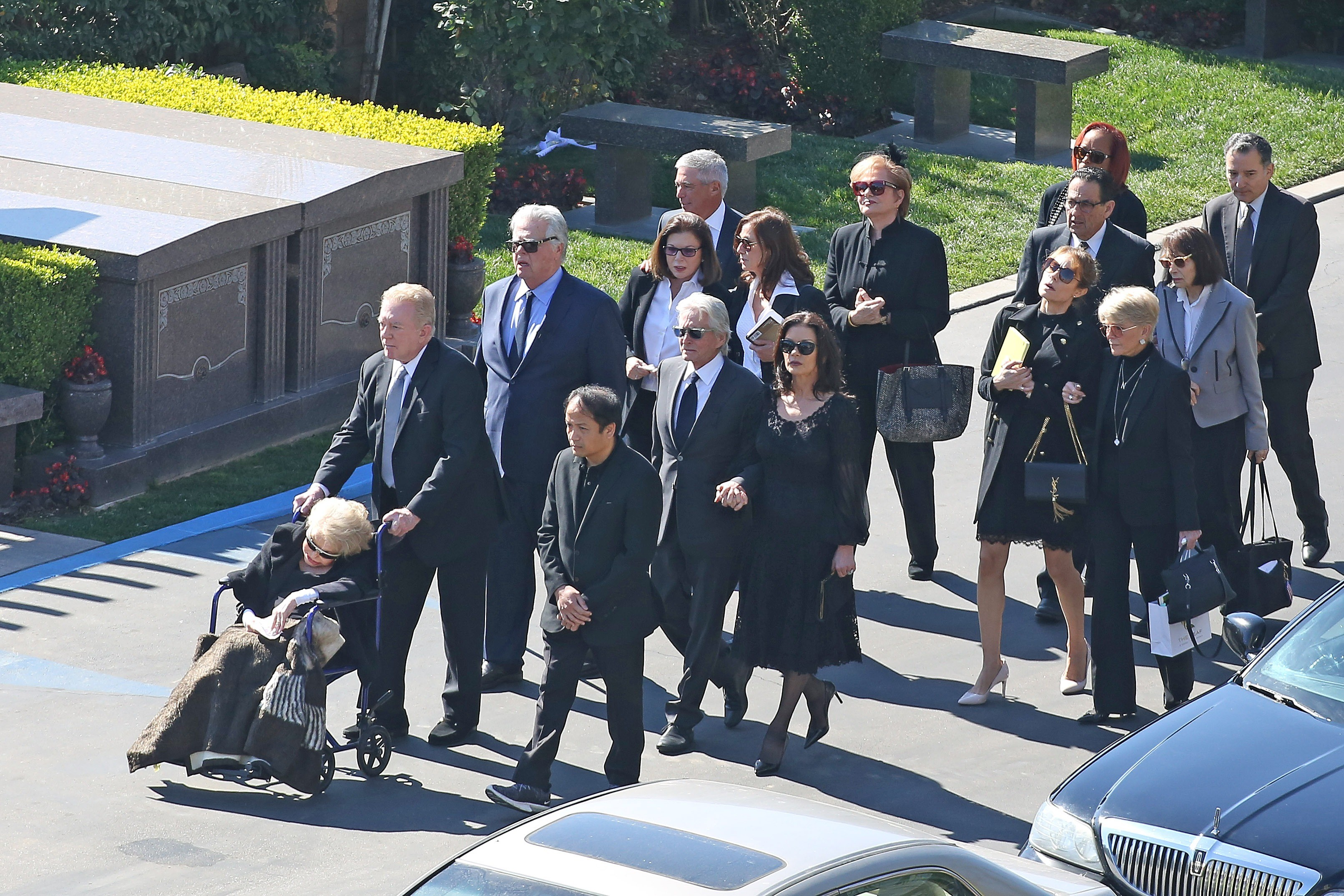 Família de Kirk Douglas vai ao funeral do ator (Foto: The Grosby Group)