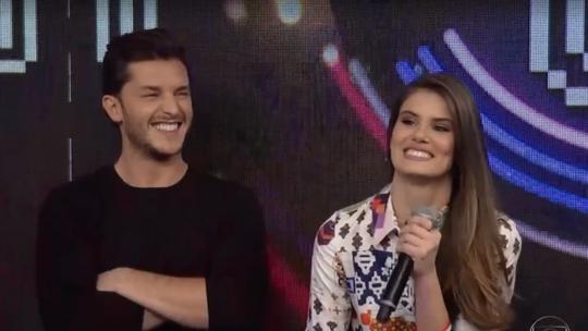 Camila Queiroz fala sobre relacionamento: 'Só beijar não é tudo'