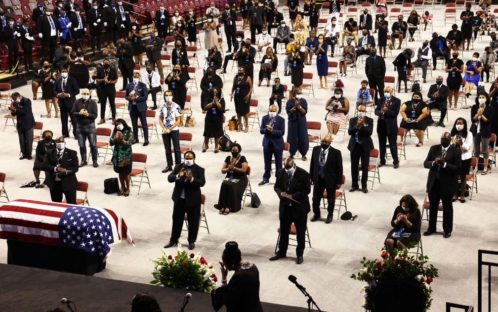 Pessoas mantêm distanciamento social durante funeral do congressista John Lewis na Troy University, em Alabama, no sábado (25) — Foto: Michael M. Santiago/Getty Images/AFP
