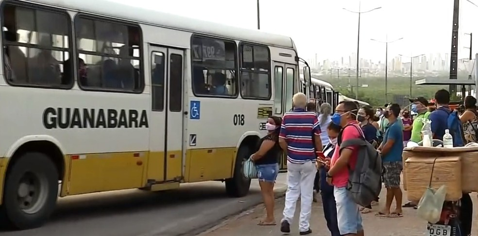 Paradas de ônibus registraram aglomerações em Natal — Foto: Inter TV Cabugi/Reprodução