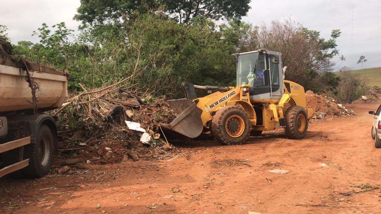 Prefeitura recolhe 40 caminhões de lixo e entulho em estrada vicinal de Presidente Prudente