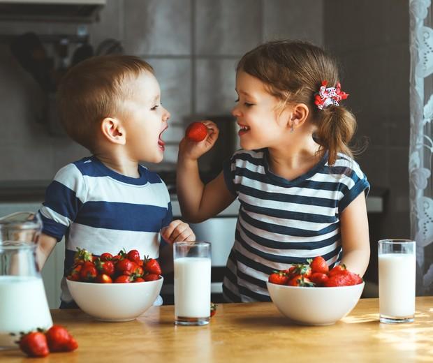 Crianças que têm alimentação saudável são mais felizes, diz estudo - Revista Crescer | Você precisa saber