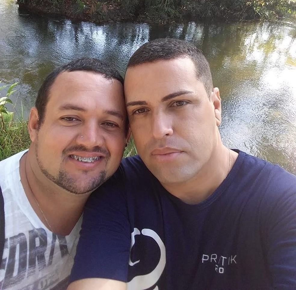 Daniel (de azul) e Ozéias (de branco) estavam juntos há mais de 10 anos — Foto: Facebook/Reprodução