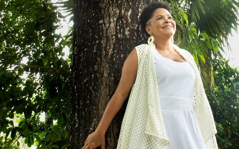 Cantora Márcia Short apresenta na internet o show 'O amor e a criação'