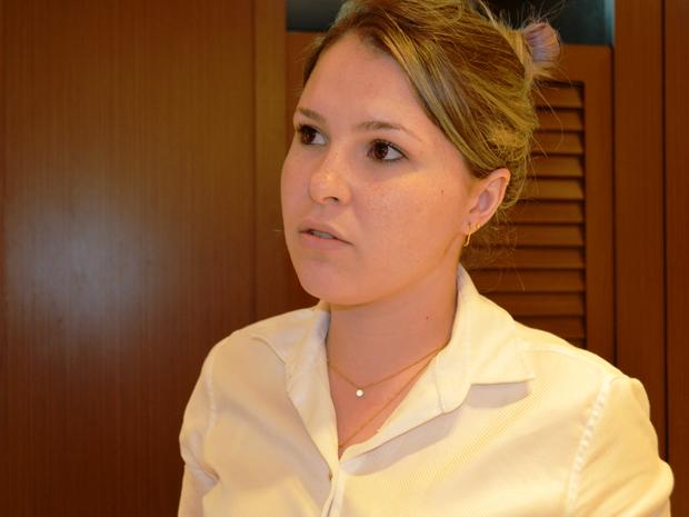 Em reunião, Gabriela diz que faculdade se comprometeu contratar advogado (Foto: Eliete Marques/ G1)