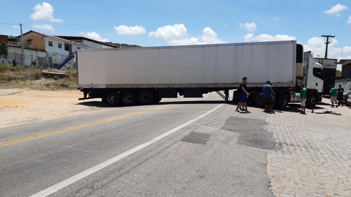 Motorista tenta manobrar carreta e veículo fica atravessado na BR-226 em Natal - Notícias - Plantão Diário