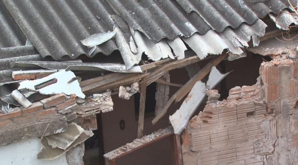 Casa teve novos estragos após retirada de ônibus em São Carlos (Foto: Reprodução/EPTV)