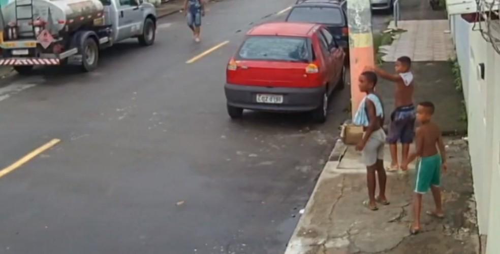 Última imagem dos meninos, feita na Rua Malopia, perto da feira de Areia Branca — Foto: Reprodução