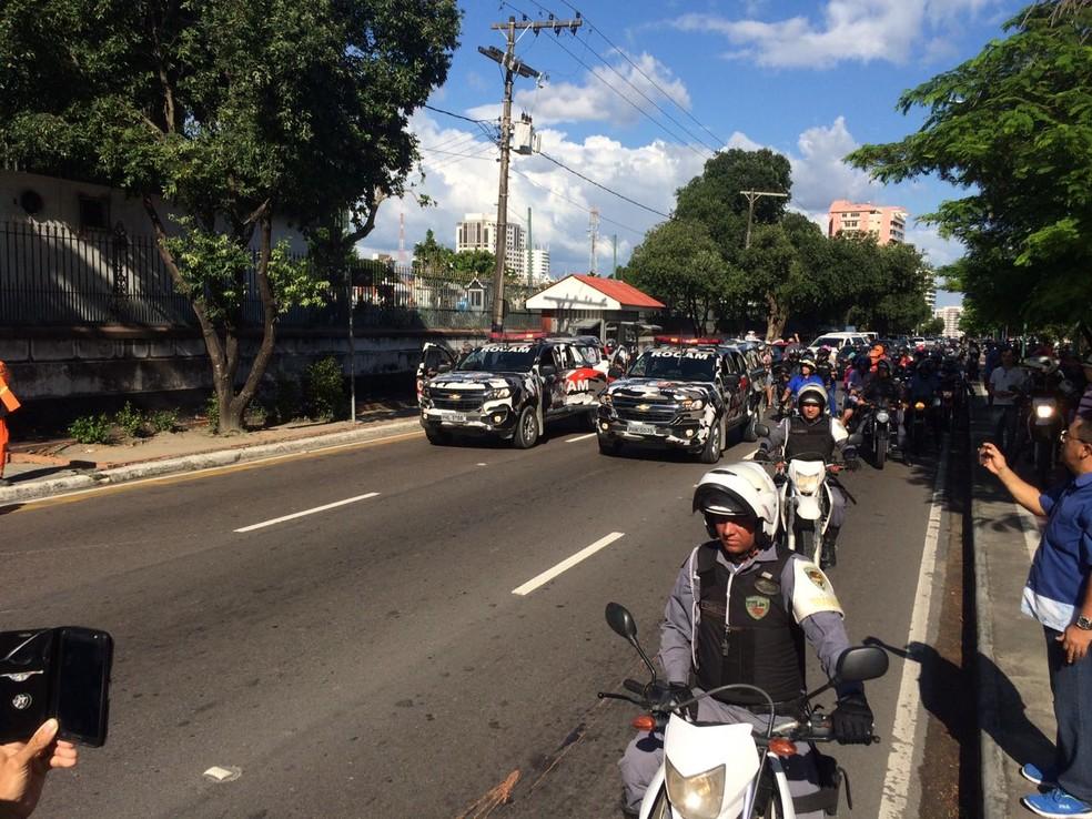 Cortejo leva corpo do sargento Sérgio Ramos (Foto: Rafael Campos/Rede Amazônica)