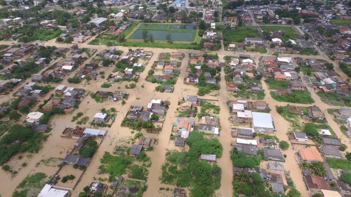 Água baixa e moradores começam a voltar para casa em Silva Jardim, no RJ