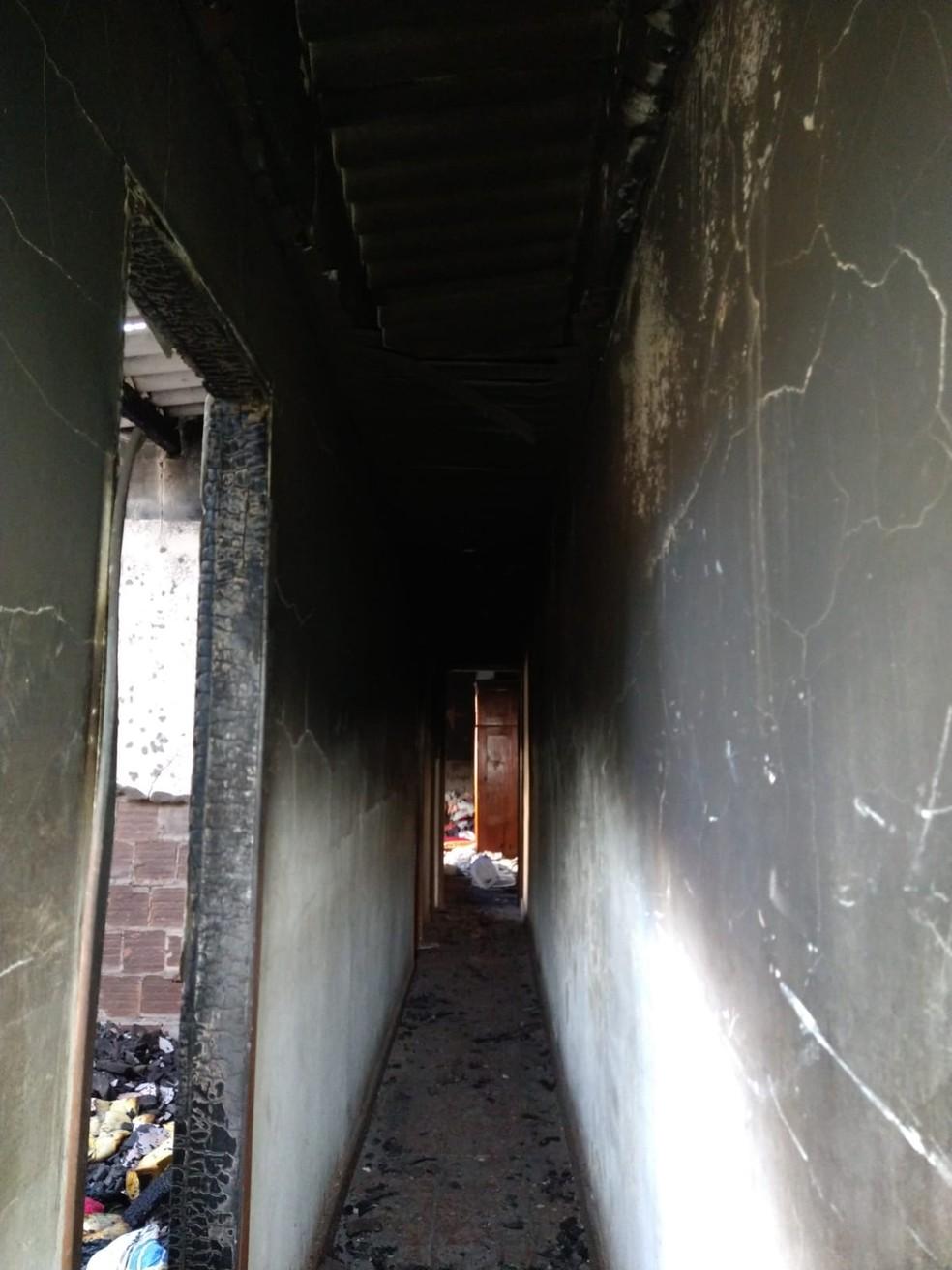 Segundo andar de casa pegou fogo nesta terça-feira (13) em Cabo Frio — Foto: Divulgação/Defesa Civil