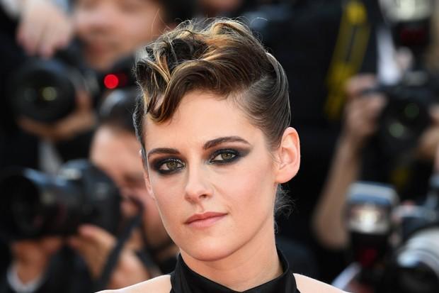 O make de Kristen Stewart tem olhos esfumados e brilho (Foto: Getty Images)