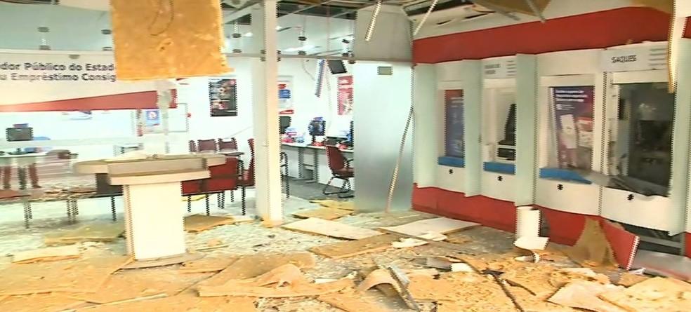 Com a força da explosão, a fachada de vidro ficou destruída e o teto desabou também na agência do Bradesco em São Luís — Foto: Reprodução/TV Mirante