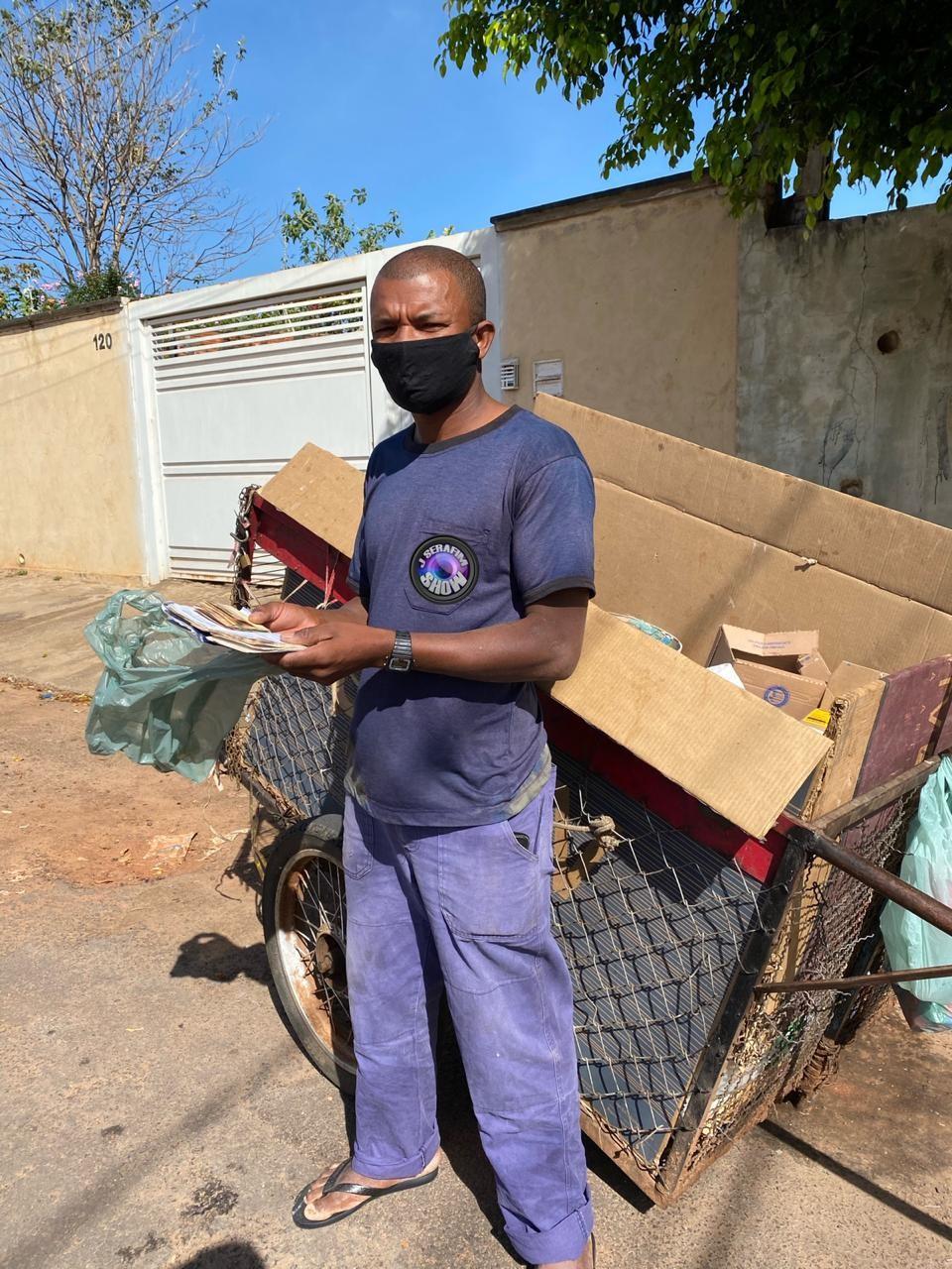 Catador de recicláveis acha R$ 800 no lixo e devolve para família: