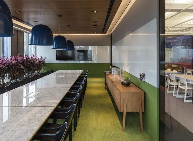 A cor verde de uma das salas de reunião ajuda a estimular a criatividade (Foto: estudio guto requena | 2018)