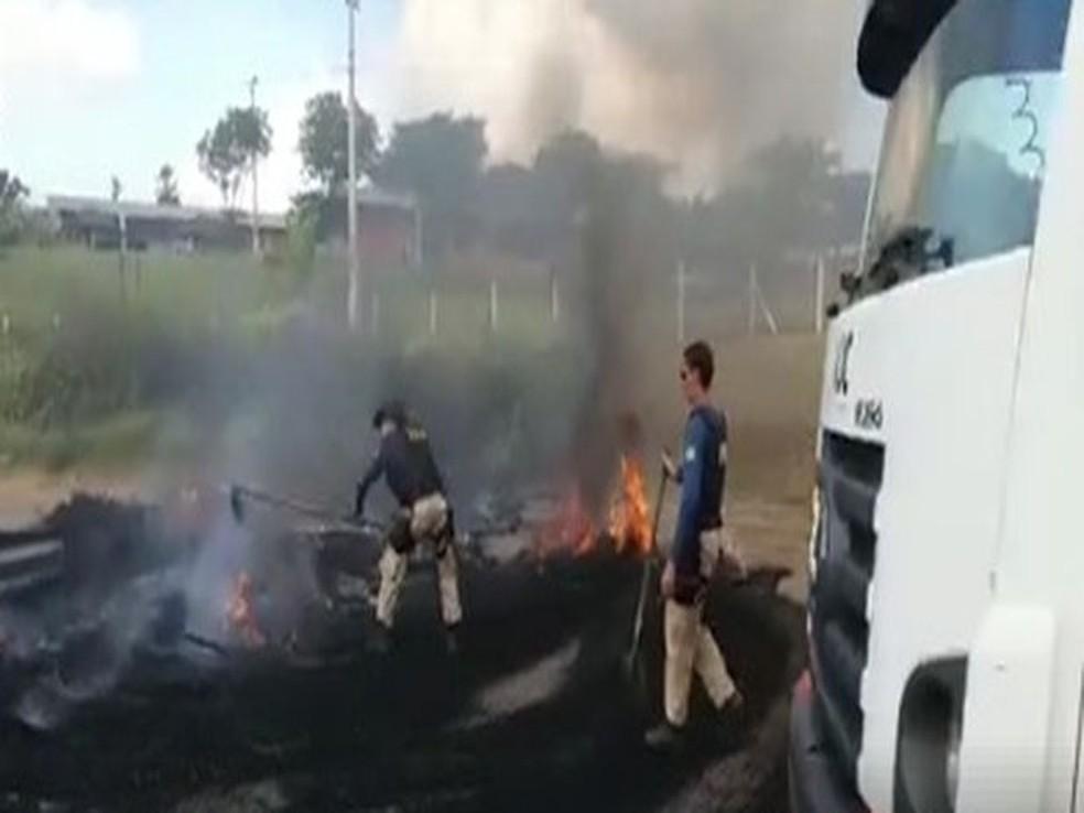 Policiais ajudam a liberar a rodovia no Km 87 da BR-101 e Socorro (Foto: PRF, Divulgação)