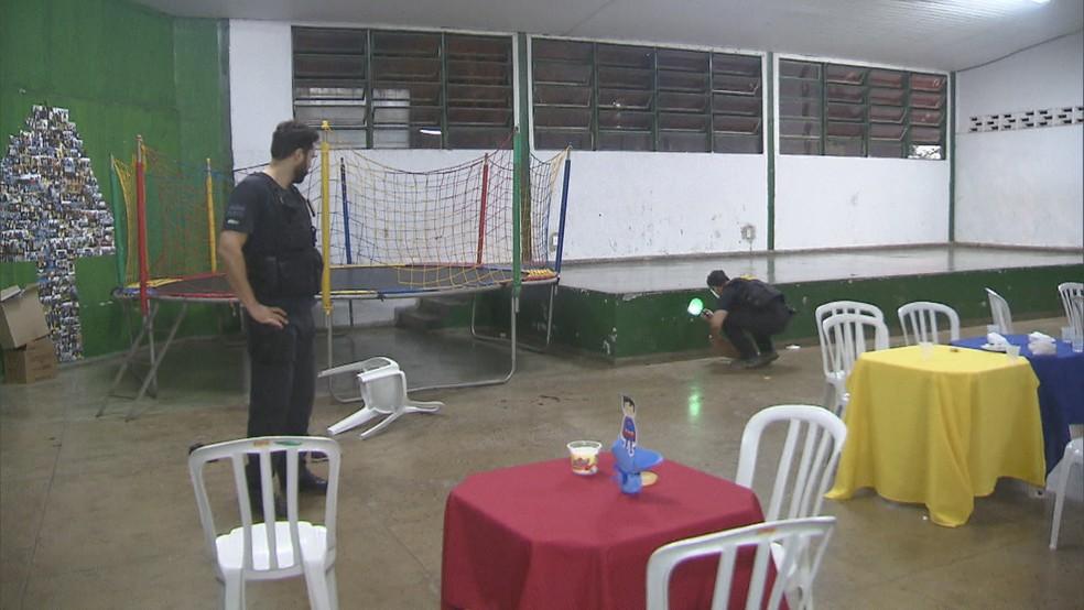 Policiais fazem perícia em local onde houve tiroteio em evento — Foto: Reprodução/TV Globo