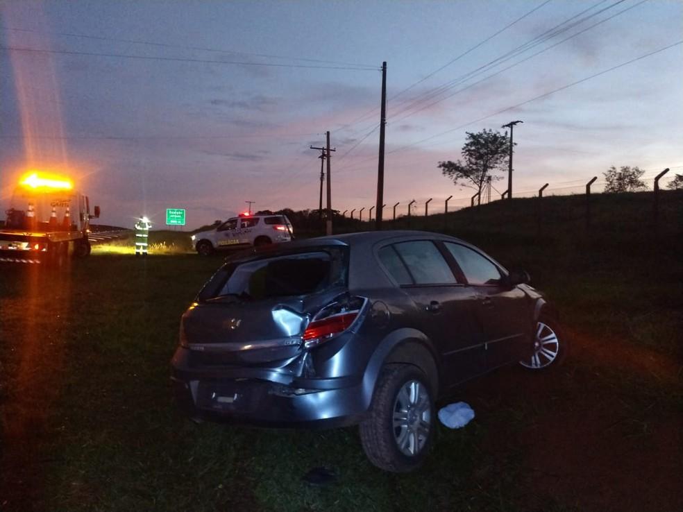 Motorista capotou o carro ao tentar fugir da PM — Foto: Polícia Militar