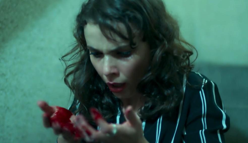 Em 'A Força do Querer', Irene (Débora Falabella) alucina durante fuga em prédio — Foto: Globo