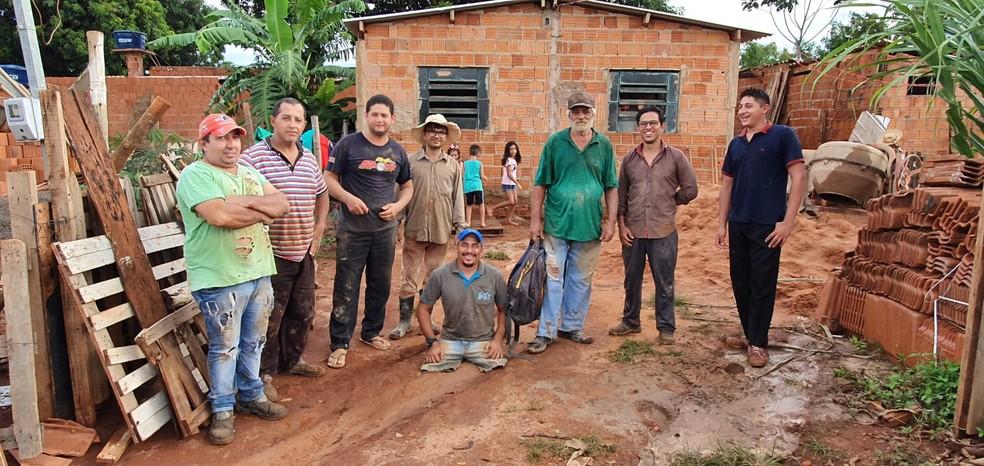 Alcionildo com vizinhos e pessoas que se disponibilizaram a ajudar na construção da casa, em Campo Grande (MS) — Foto: Arquivo Pessoal