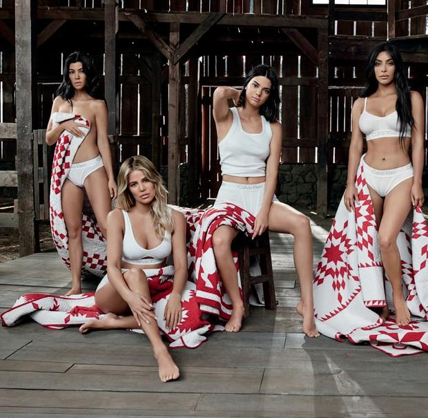 Kylie Jenner, Khloé Kardashian, Kim Kardashian, Kourtney Kardashian e Kendall Jenner posam para grife (Foto: Divulgação)