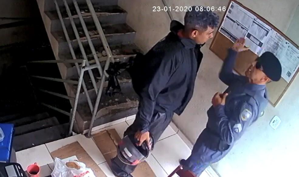 Sargento Clemilson Silva de Freitas agrediu o frentista Joelcio Rodrigues em um posto de gasolina em Guarapari, em janeiro deste ano. — Foto: Reprodução/TV Gazeta