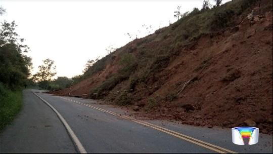 Desmoronamento de terra interdita parcialmente estrada Guará-Cunha