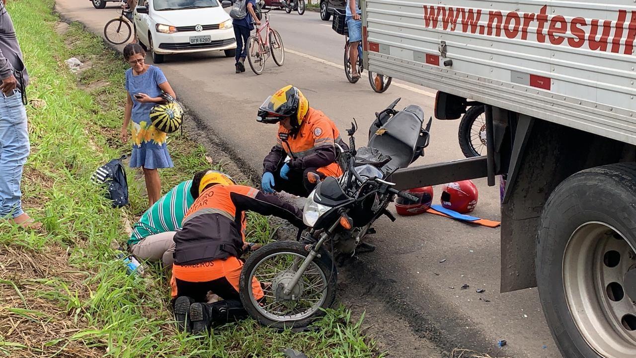 Acidente entre moto e caminhão deixa feridos e trânsito lento, na BR-101, em João Pessoa