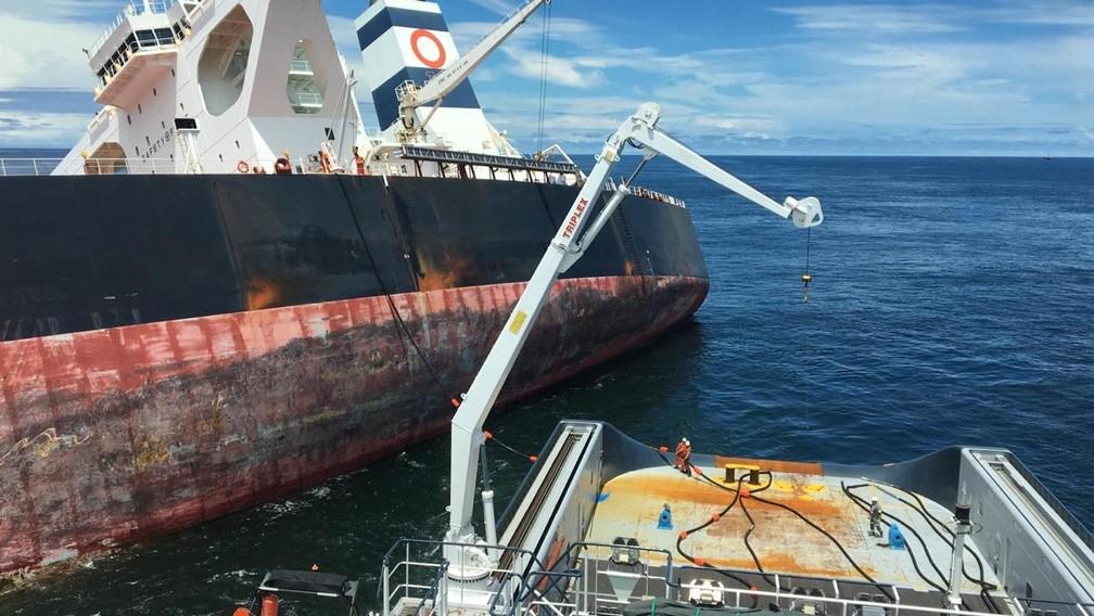 Barco ALP Defender inicia retirada de óleo do navio Stellar Banner, encalhado na costa do Maranhão — Foto: Capitania dos Portos
