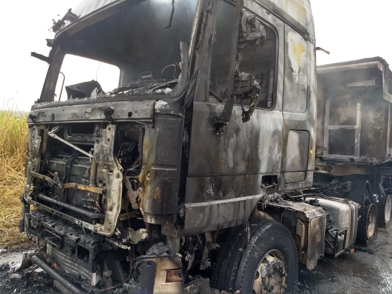 Caminhão carregado com argila pega fogo na SP-191 em São Manuel