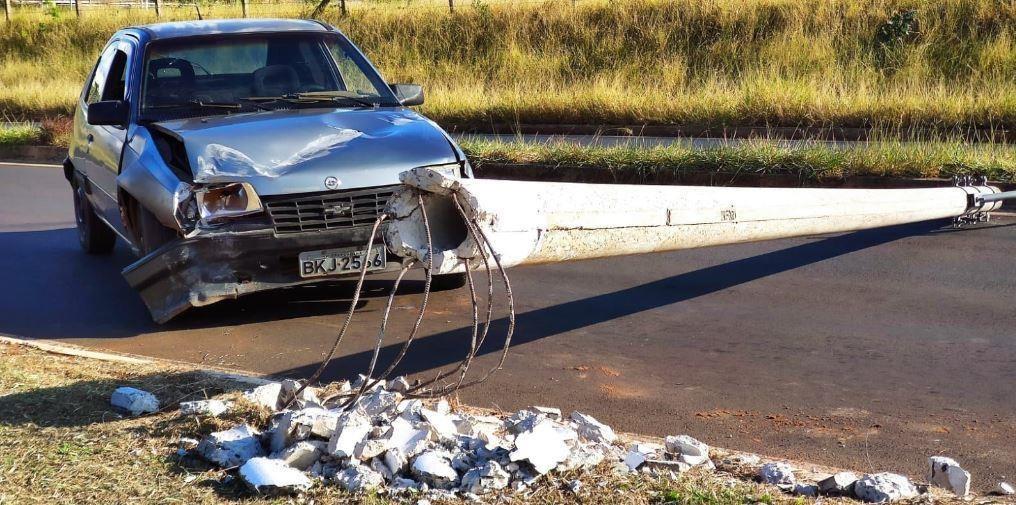 Colisão de carro com poste deixa trânsito interrompido em rua de Araraquara; FOTOS