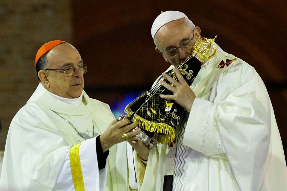 Dom Raymundo dá imagem de Nossa Senhora Aparecida ao Papa Francisco (Foto: Carlos Santos/ G1)