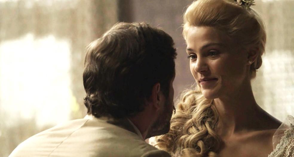 Jane está feliz com seu grande amor (Foto: TV Globo)