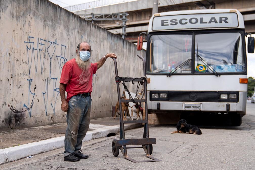 João Andrade Correia mora em um ônibus na rua Domingos Paiva, no Brás — Foto: Marcelo Brandt/G1