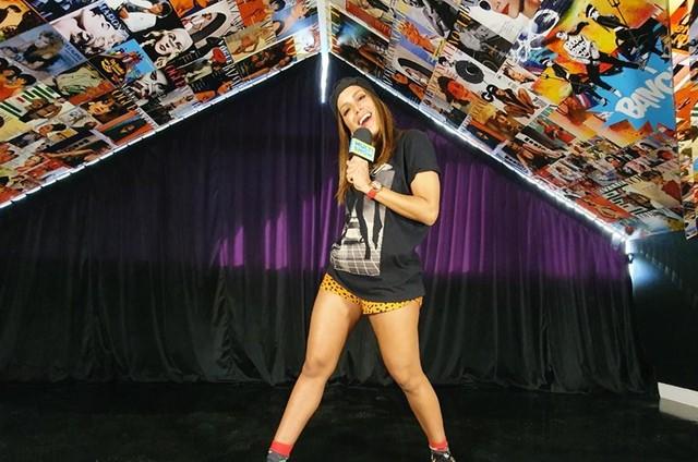 Anitta no cenário de seu novo programa (Foto: Arquivo pessoal)