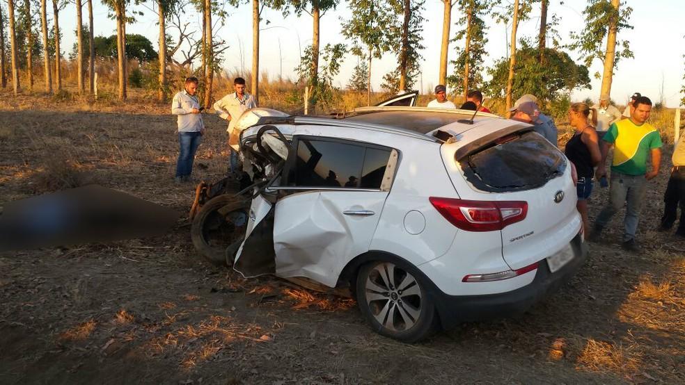 Batida ocorreu entre caminhonete e carro de passeio (Foto: Blog do Sigi Vilares)